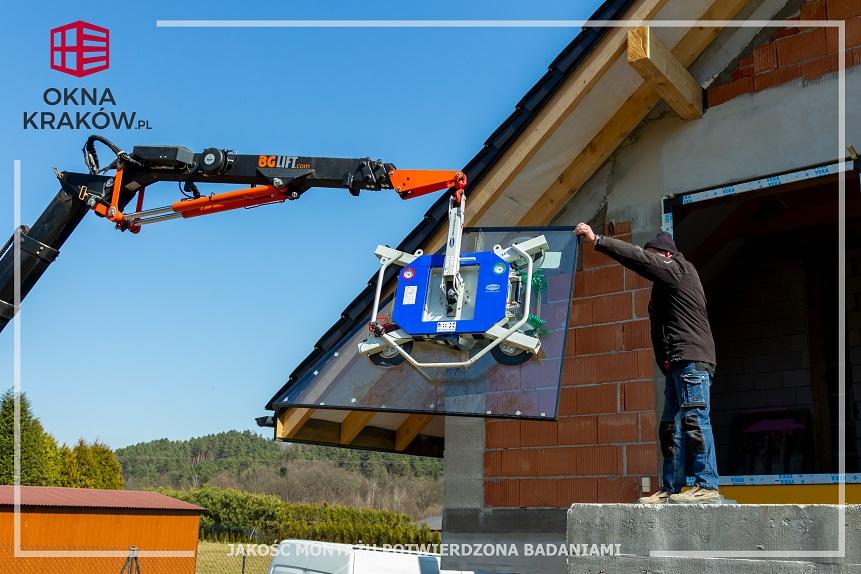 Profesjonalny montaż okien w Krakowie z wykorzystaniem małego żurawia!